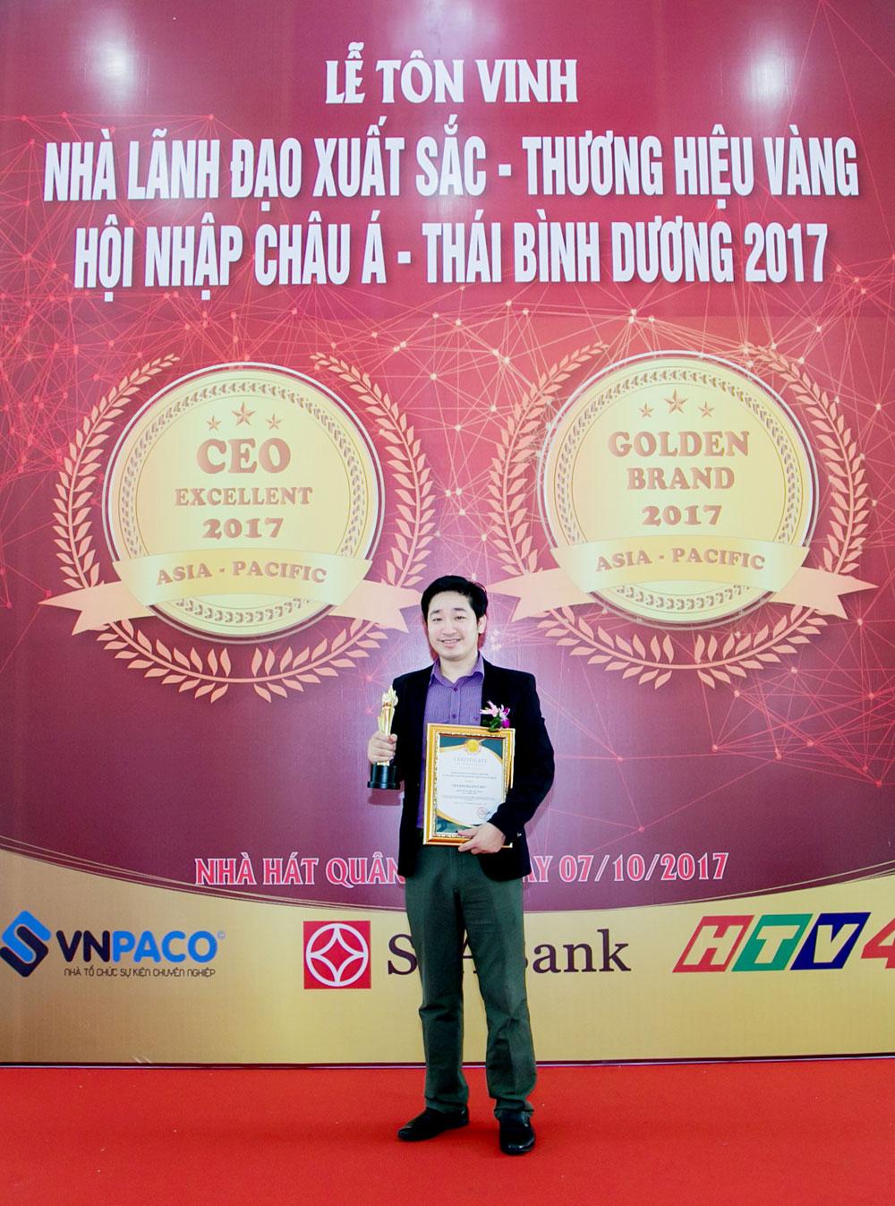 anh Đỗ Mạnh Hùng - Founder & CEO Novaedu.jsc vinh dự nhận giải thưởng cao qúy.