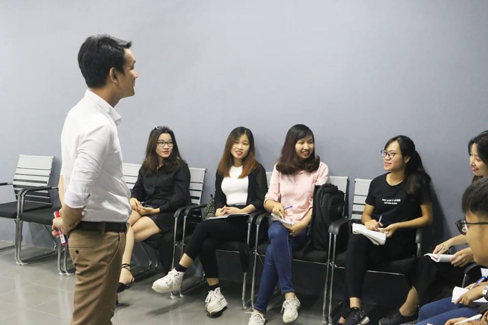 Huấn luyện viên Vũ Đức Mạnh chia sẻ kiến thức quản lý thời gian với các bạn học viên.