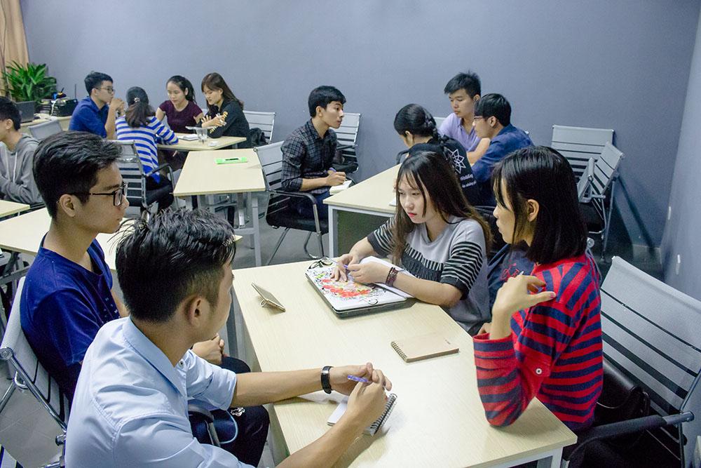 Các bạn học viên thảo luận bài tập nhóm về ký năng quản lý thời gian hiệu quả