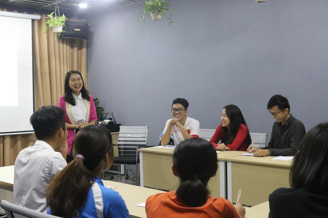 Giảng viên Thanh Hằng chia sẻ kiến thức quản lý công việc và thời gian với các bạn học viên.