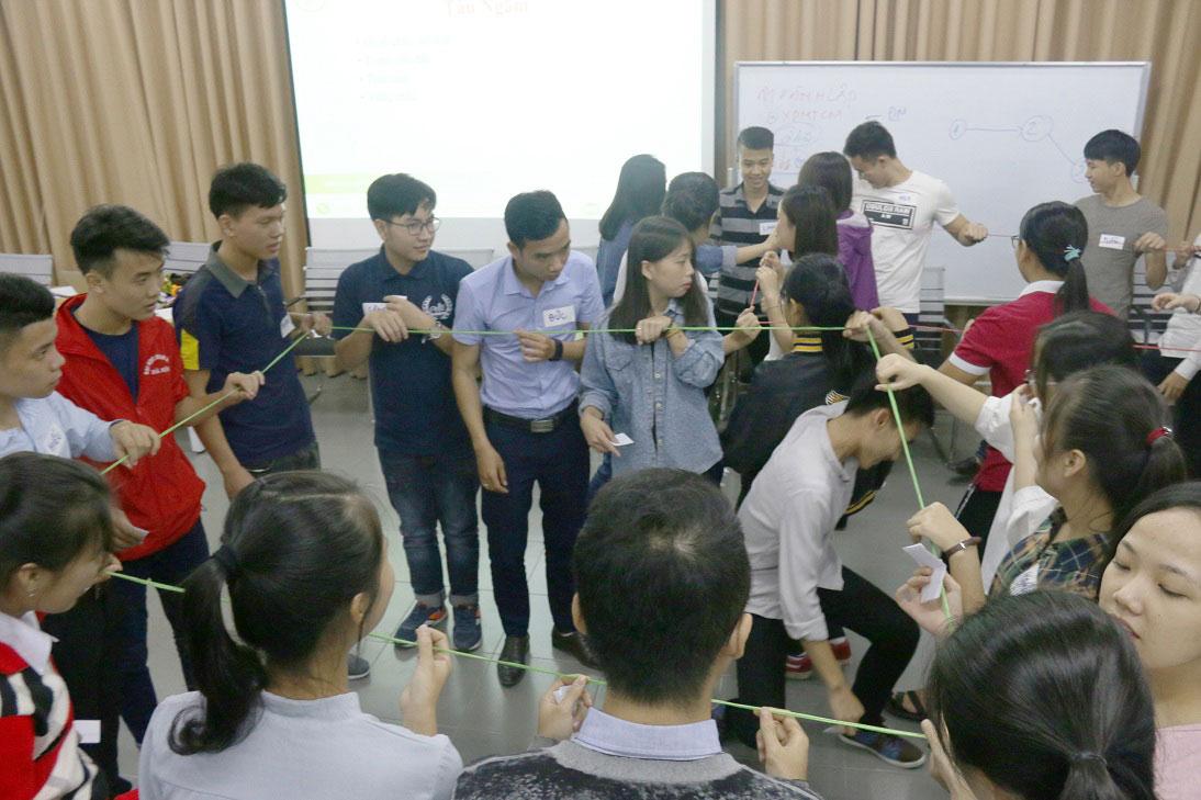 Trò chơi sợi dây hình vuông giúp nâng cao tinh thần đồng đội của các thành viên trong đội.