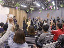 Cả lớp hăng hái giơ tay phát biểu ý kiến.