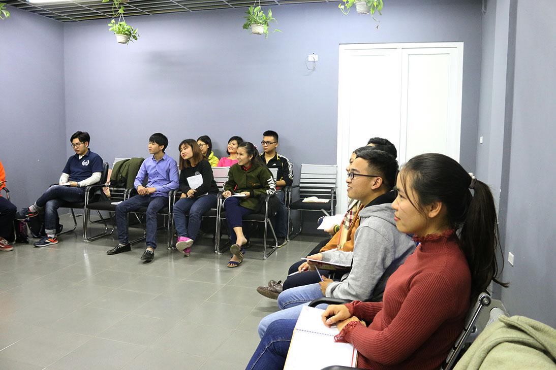Cả lớp rất hào hứng với các kiến thức mà thầy chia sẻ.