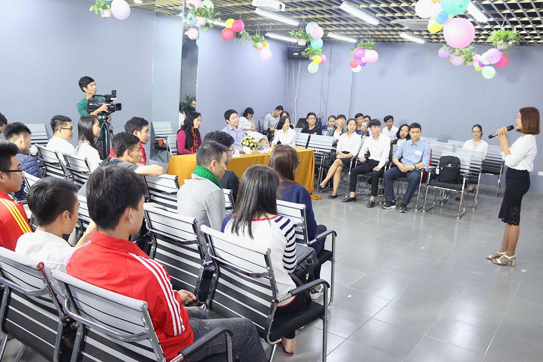 Bạn Trang bảo vệ bài tốt nghiệp trước các vị Ban giám khảo và cả lớp.