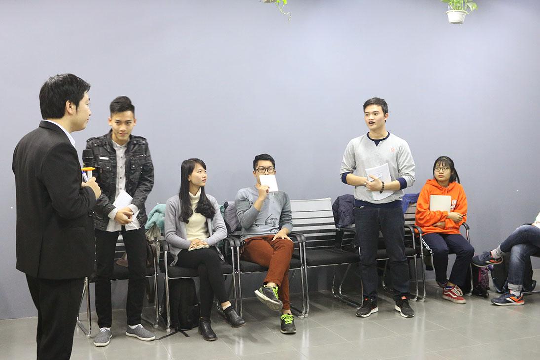 Ngọc Huy và Đình Sơn đang trả lời câu hỏi của thầy.