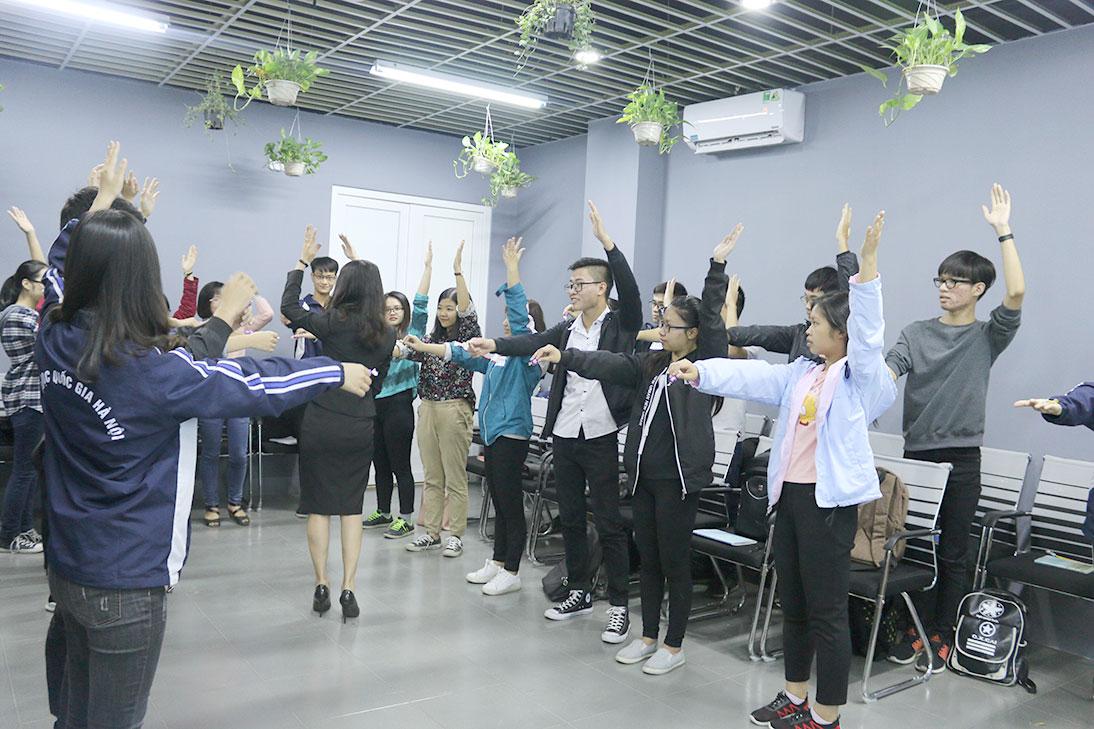 Hoạt động bóc kẹo nhằm tăng tinh thần đoàn kết giữa các bạn học viên.