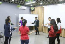 Chuyên gia Đào tạo Trần Ngọc Thêm hướng dẫn cả lớp thực hành ngôn ngữ cơ thể khi thuyết trình.