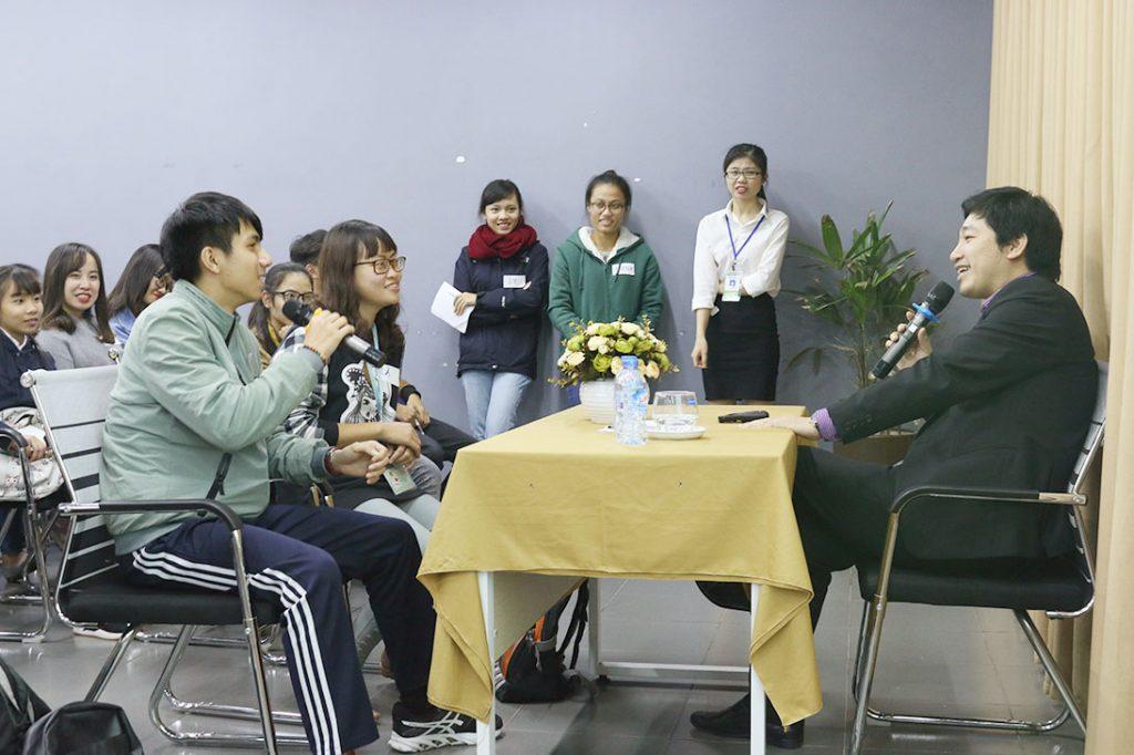 Các bạn sinh viên tham gia thực hành làm chủ buổi phỏng vấn tại chương trình.