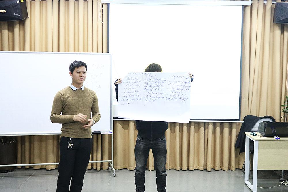 Nhóm cuối cùng trình bày bài thuyết trình với tâm thế thoải mái.