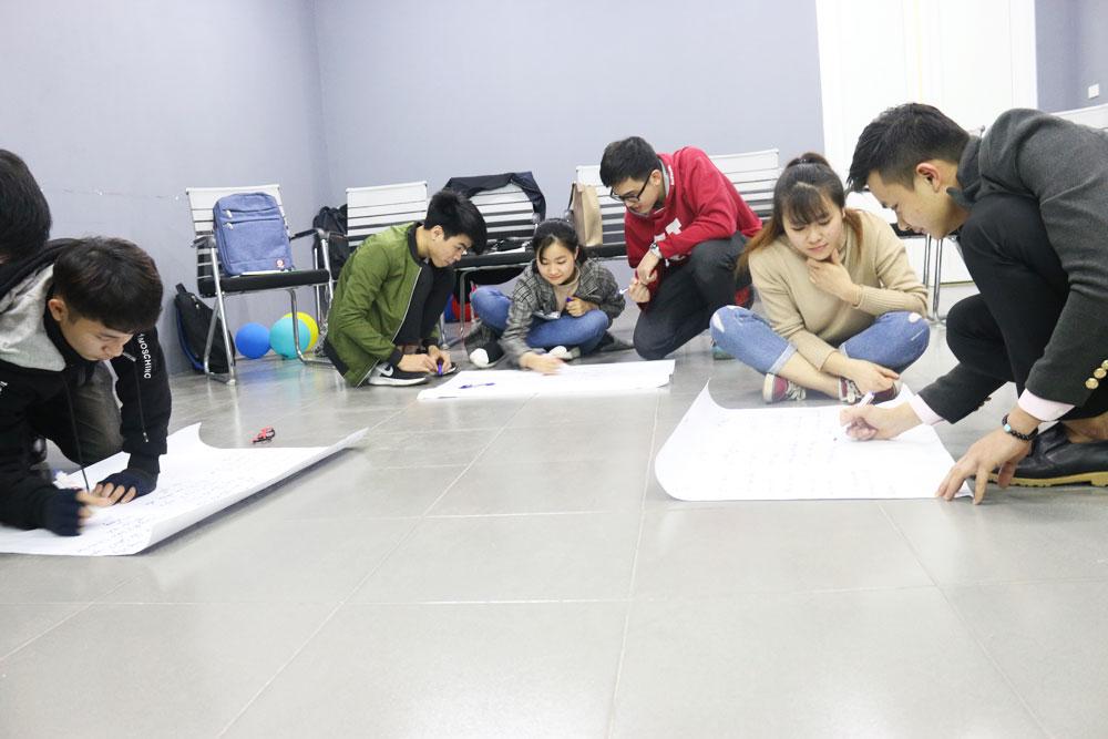 Sau khi học lý thuyết, các nhóm bắt đầu thiết kế làm bài tập thuyết trình.
