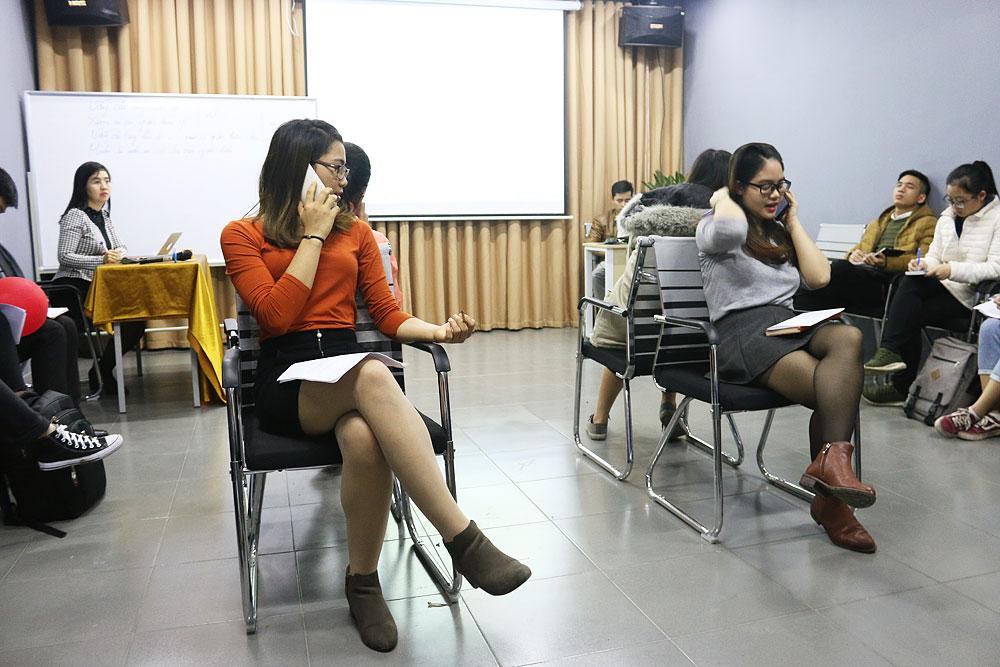 Các bạn học viên thực hành phỏng vấn qua điện thoại.