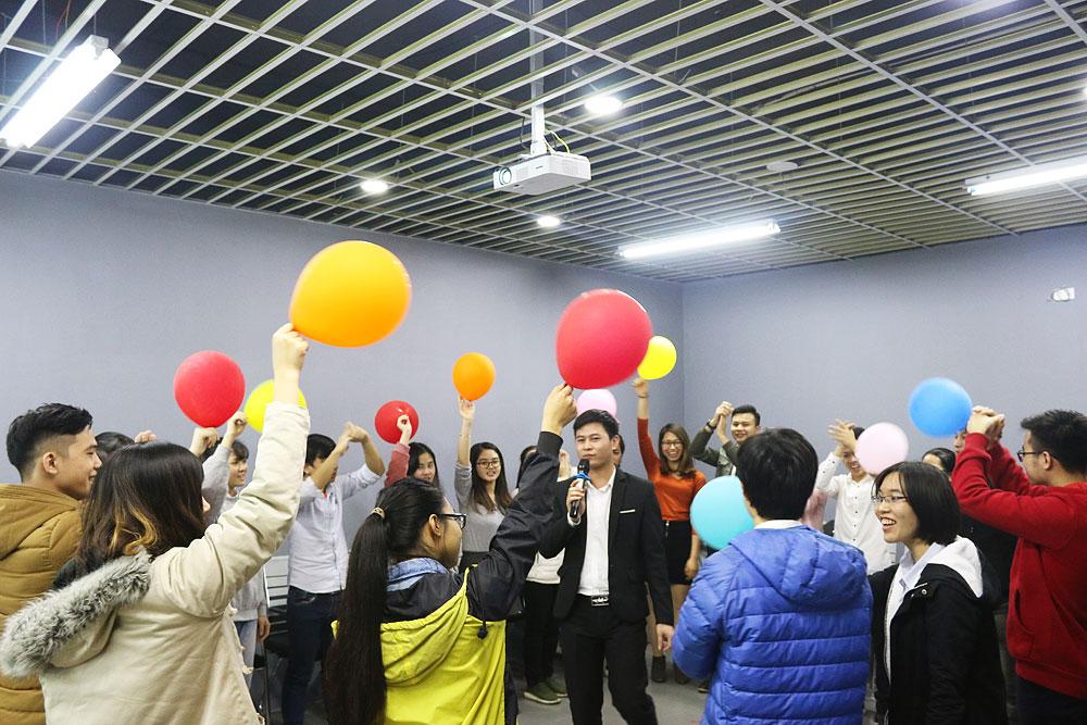 Cả lớp hào hứng tham gia hoạt động warm-up đầu giờ.