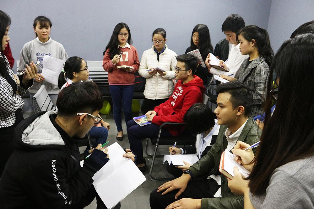 Các bạn lớp SES.101 thực hành phỏng vấn theo hình thức 1-1 ngay trên lớp.