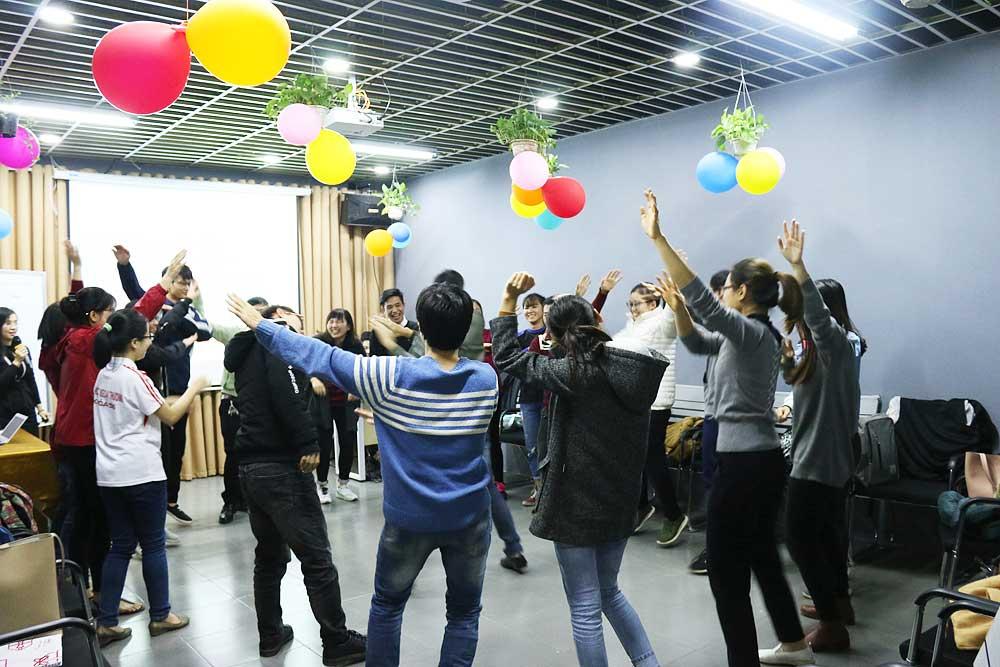 Hoạt động warm-up đầu giờ giúp các bạn học viên có thêm năng lượng học tập.