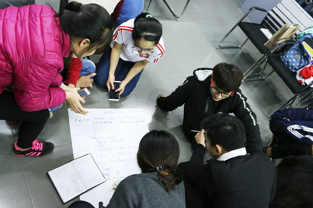 Các bạn học viên cùng nhau thực hành viết bản CV xin việc ngay trên lớp.