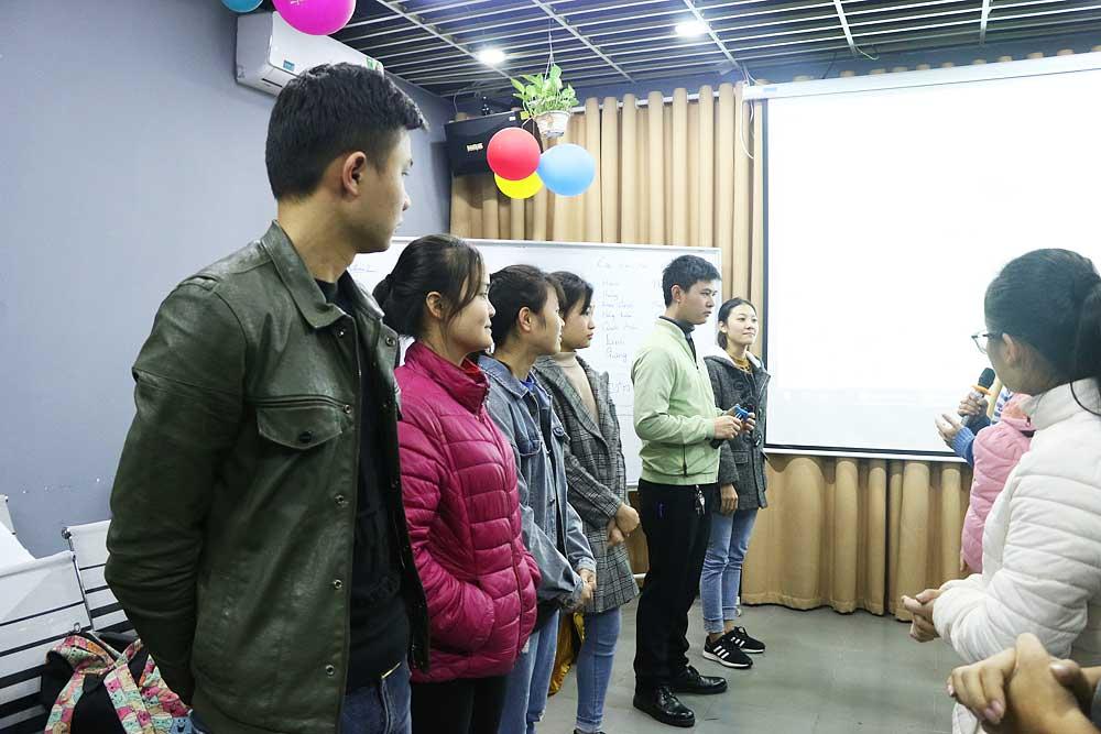 Các bạn học viên vận dụng những kiến thức vừa học để thực hành phỏng vấn và trả lời phỏng vấn ngay trên lớp.
