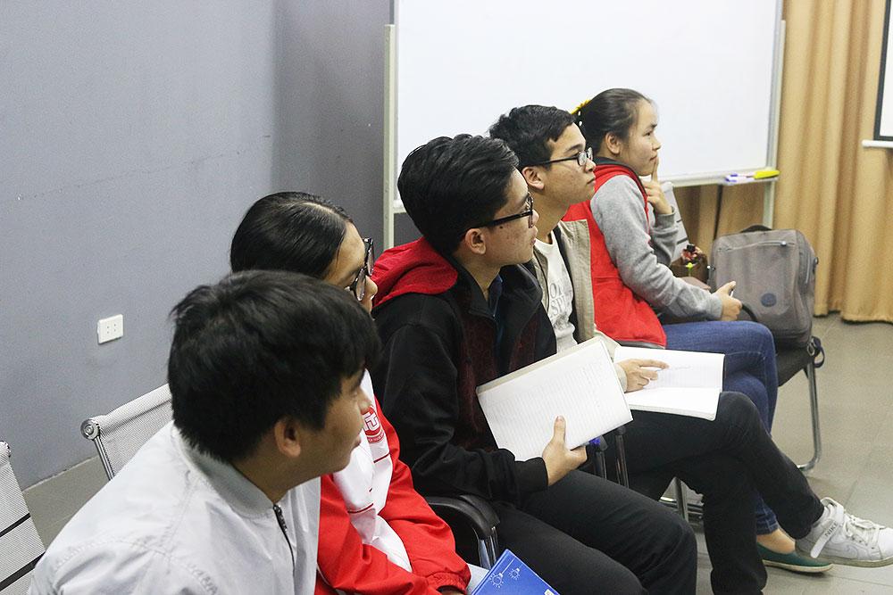 Các bạn học viên suy ngẫm bài học sức mạnh bản lĩnh mà thầy chia sẻ.
