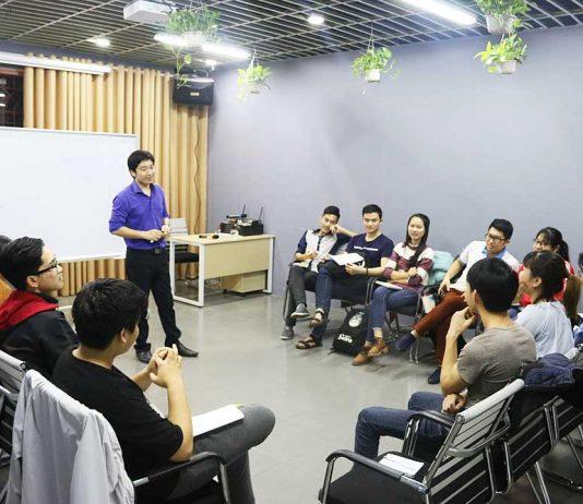Các bạn học viên hào hứng nhận nhiệm vụ từ thầy giáo.