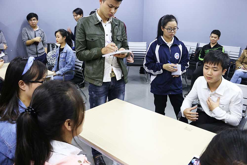 Các bạn học viên thực hành phỏng vấn và trả lời phỏng vấn ngay trên lớp.