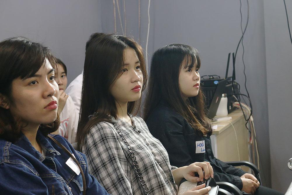Các bạn sinh viên chăm chú nghe diễn giả.