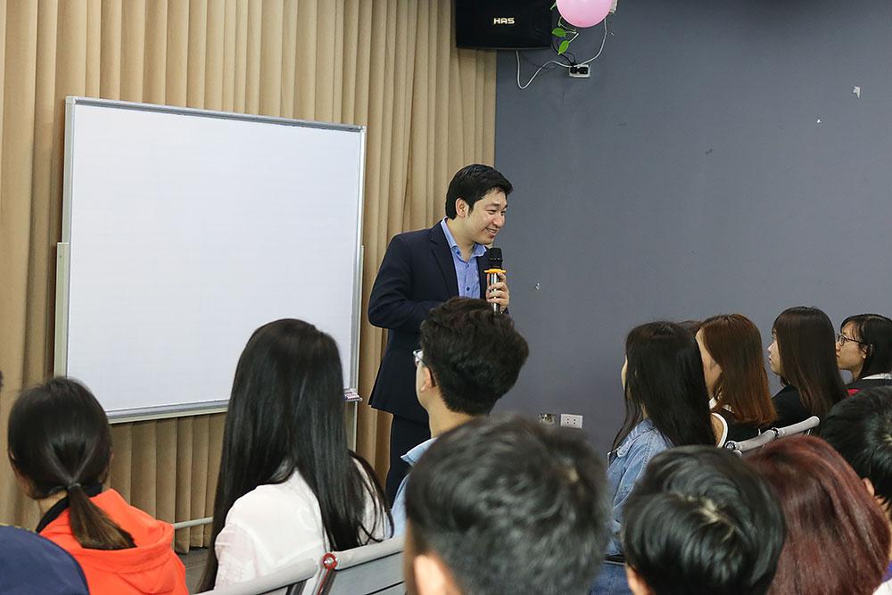Diễn giả Đỗ Mạnh Hùng lắng nghe từ các bạn sinh viên