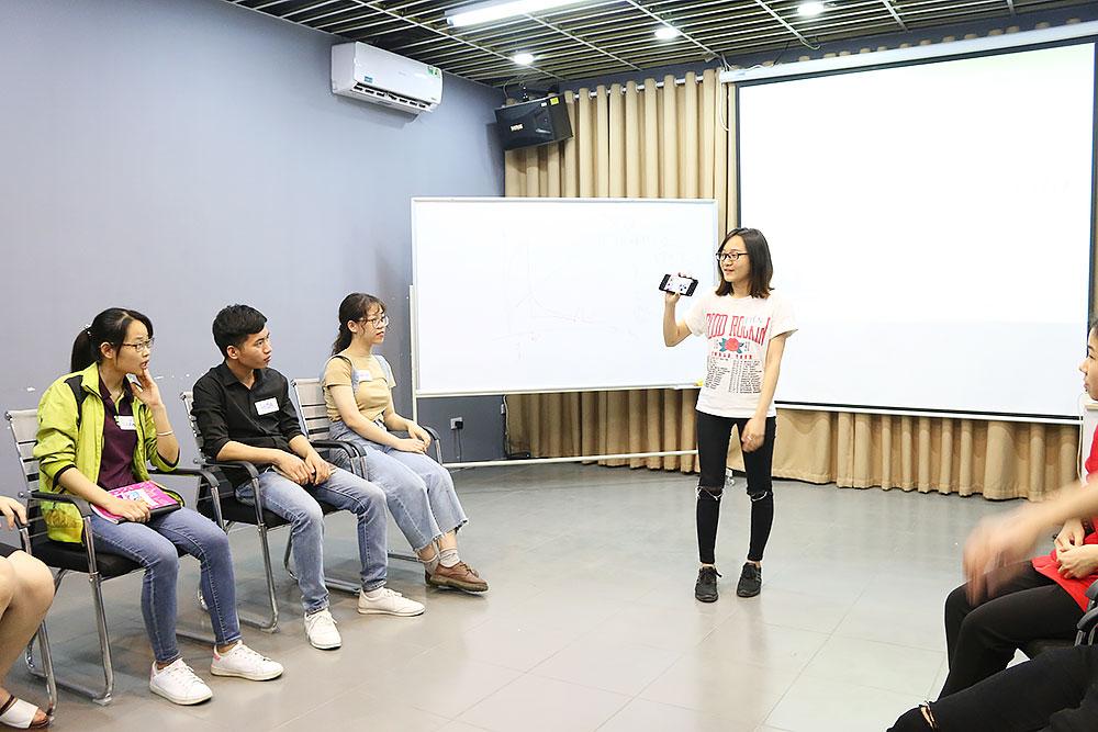 Học viên đã dần tự tin hơn khi đứng lên thuyết trình.