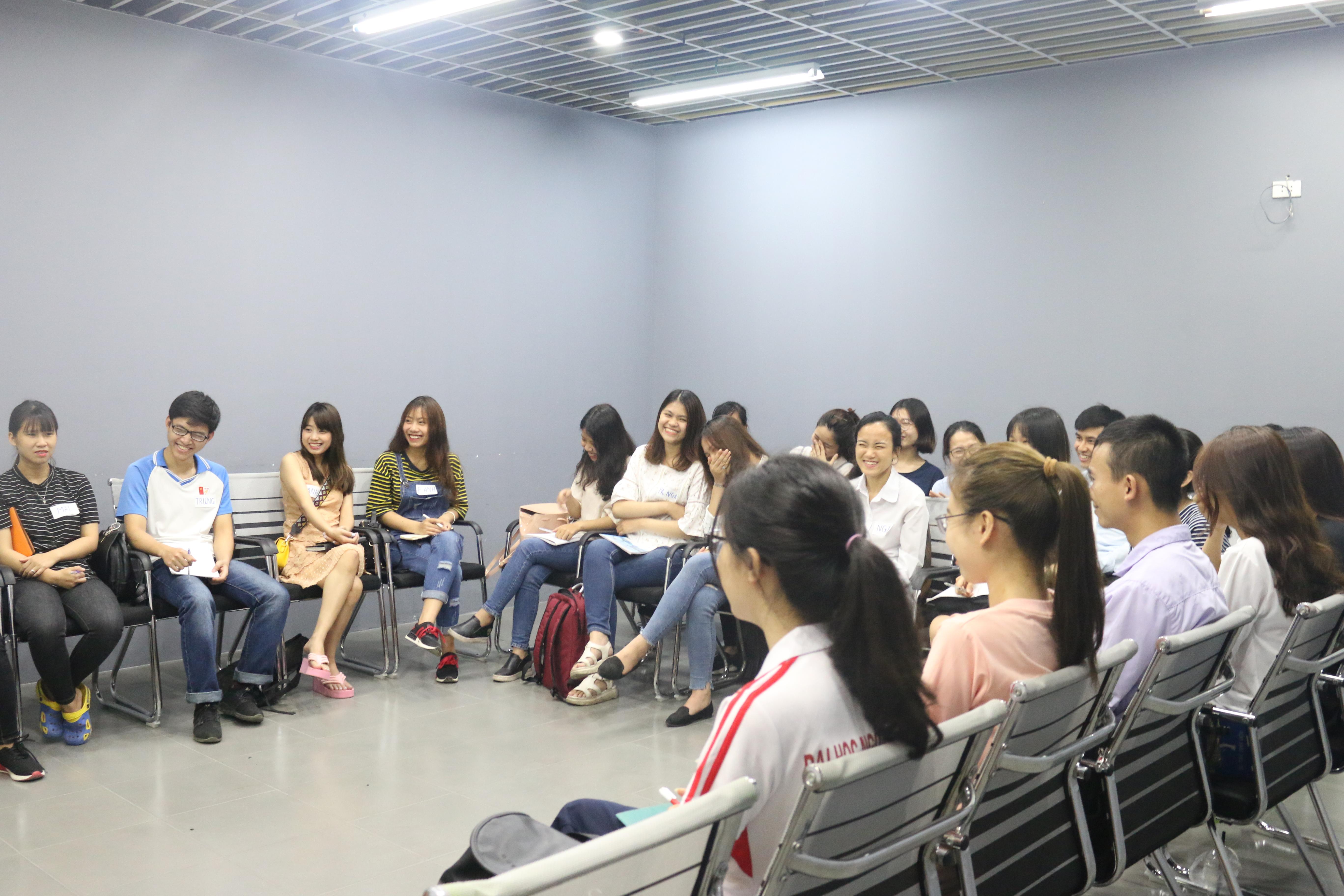 Các bạn học viên tập trung nghe thầy chia sẻ.