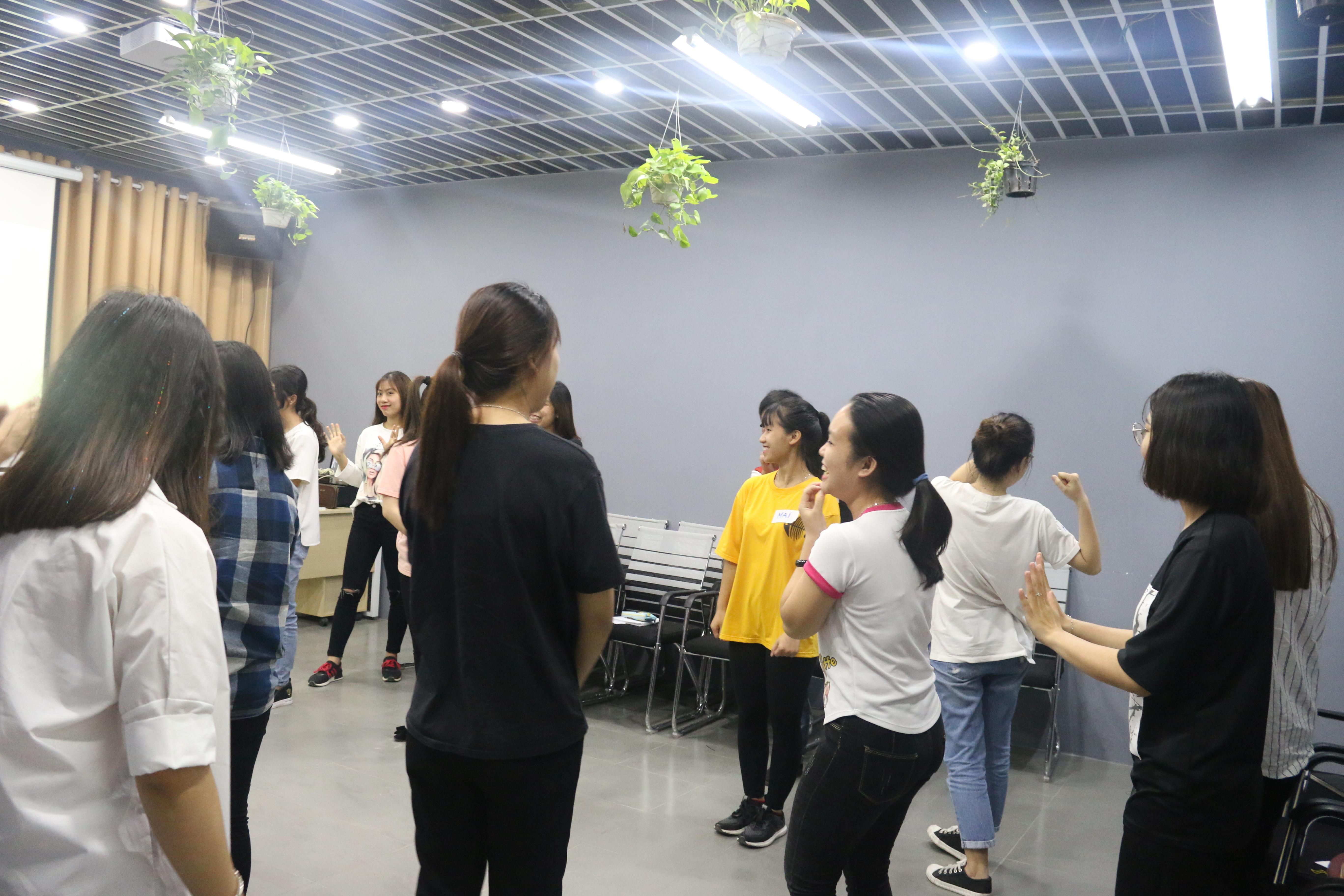 Trò chơi đập cây chuối của các bạn học viên.