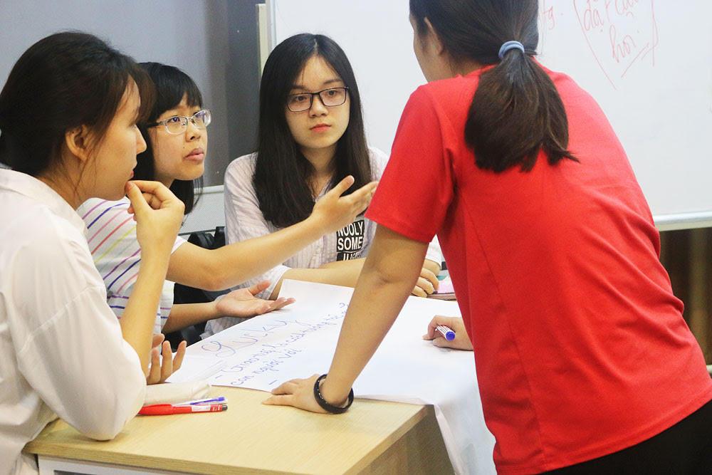 Các Nhóm hăng say thảo luận chủ đề thế nào là giao tiếp tốt