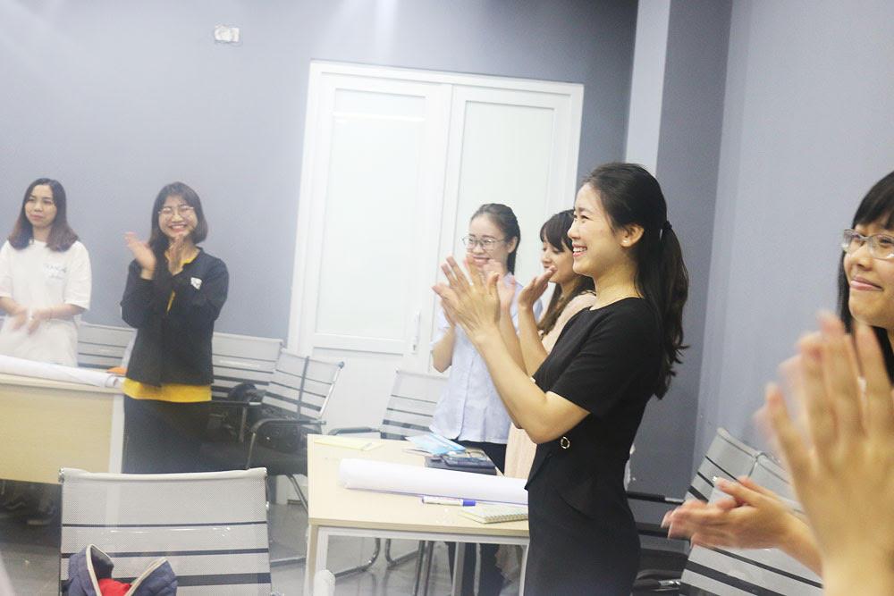 Không khí vui vẻ, sôi nổi của buổi học về chủ đề giao tiếp tốt