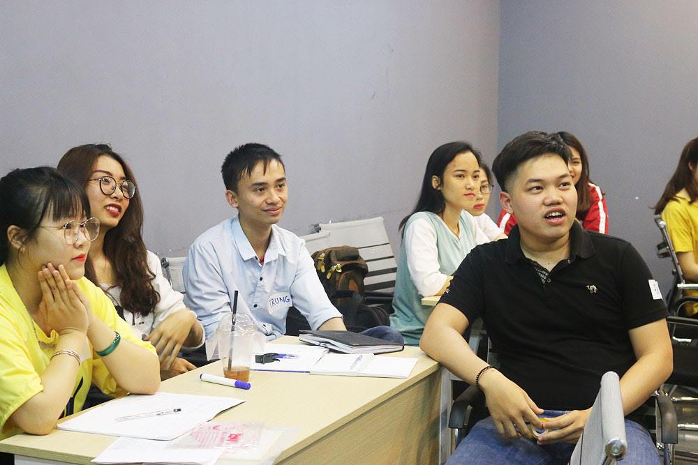 Tập trung nghe thuyết trình nhưng...vẫn tạo dáng cười duyên