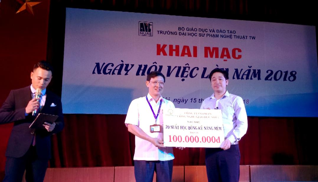 CEO Đỗ Mạnh Hùng - Giám đốc Novaedu tặng 20 suất học bổng trị giá 100 triệu đồng