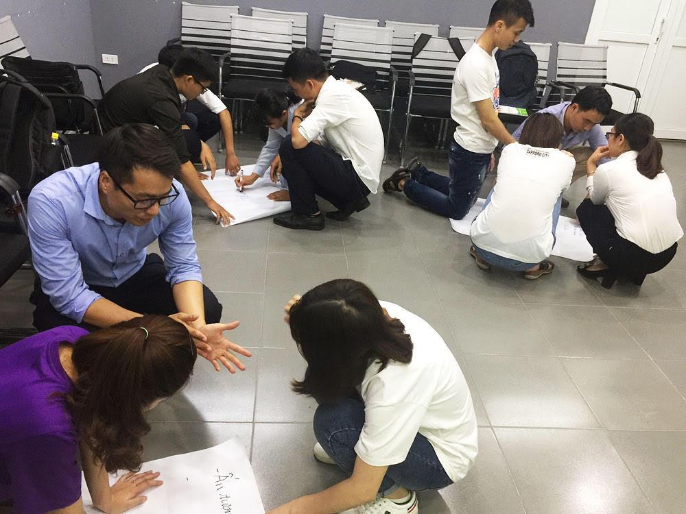 Để vận dụng những kĩ năng vừa được học, lớp chia thành các nhóm để làm việc cùng nhau.