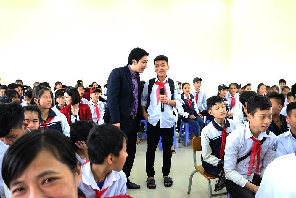 Một em học sinh lên trả lời câu hỏi của thầy về giáo dục gới tính trong nhà trường