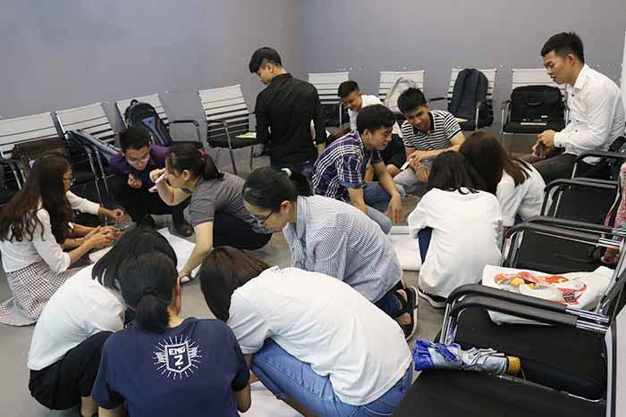 Các bạn học viên chia nhóm hăng say thảo luận