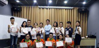 """Các bạn Học viên vui mừng nhận chứng chỉ Tốt nghiệp Khóa học """"Teamwork đỉnh cao"""""""
