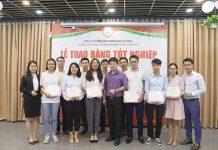 """Các Học viên được vinh dự đón nhận tấm Bằng Tốt Nghiệp từ Ban lãnh đạo NOVAEDU và 2 Giảng viên của Khóa học """"Thuyết trình đỉnh cao"""""""
