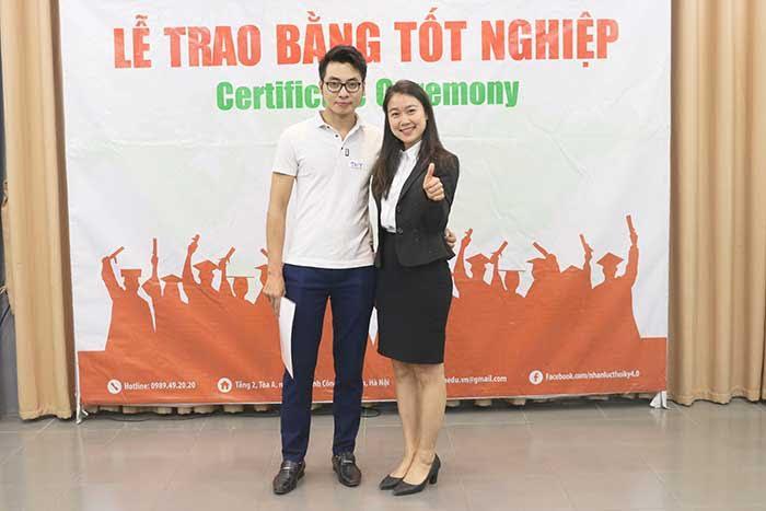 Học Viên chụp ảnh kỉ niệm cùng Giảng viên Phạm Thị Thanh Hằng trong Lễ Tốt Nghiệp