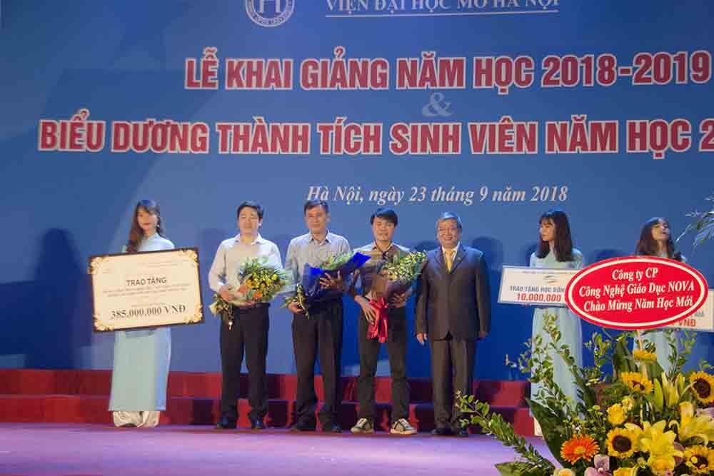 Viện trưởng Viện Đại học mở Hà Nội chụp ảnh cùng các nhà tài trợ