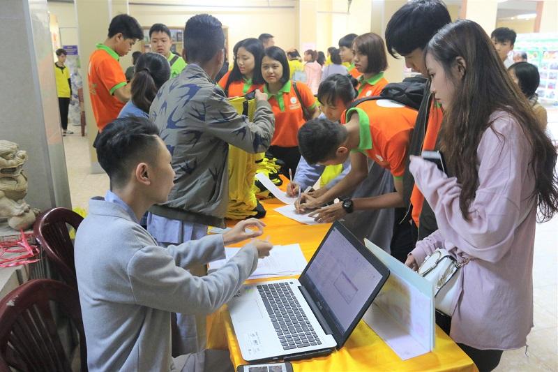 Học viên đăng kí tham gia Khóa tu với sắc áo cam đặc trưng của Novaedu
