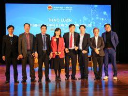 Đại diện Bộ Giáo dục và Đào tạo - ông Bùi Văn Linh - phó vụ trưởng Vụ Giáo dục chính trị và công tác học sinh sinh viên, chụp ảnh lưu niệm với các khách mời.