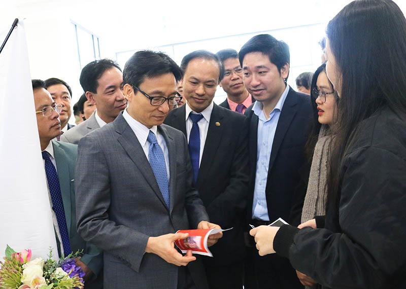 TGD Novaedu Đỗ Mạnh Hùng và Phó Thủ tướng Chính phủ Vũ Đức Đam trong ngày hội Khởi nghiệp Quốc gia dành cho học sinh sinh viên