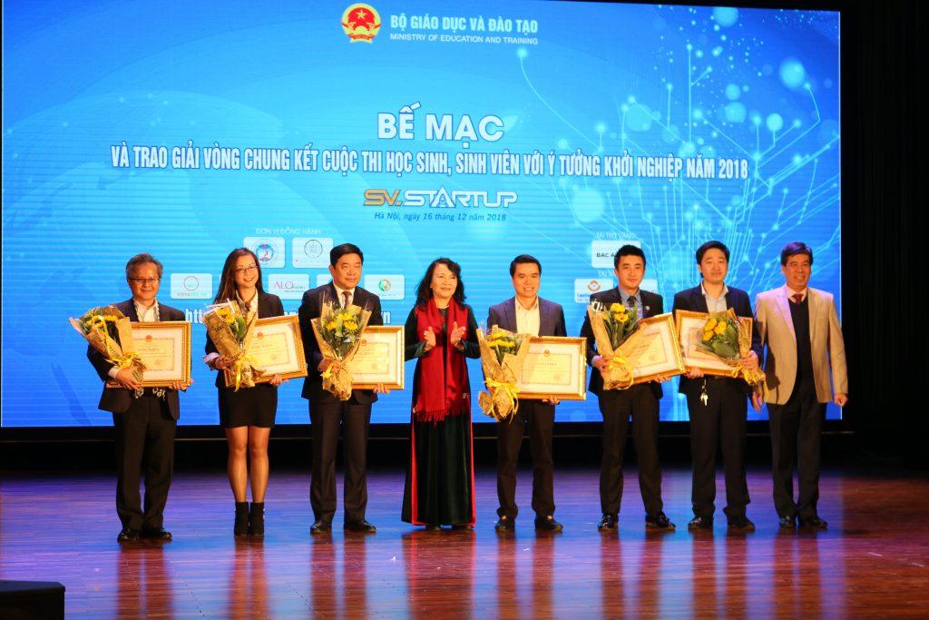 Thứ trưởng Bộ Giáo dục và Đào tạo Nguyễn Thị Nghĩa trao bằng khen cho các đơn vị đồng hành.