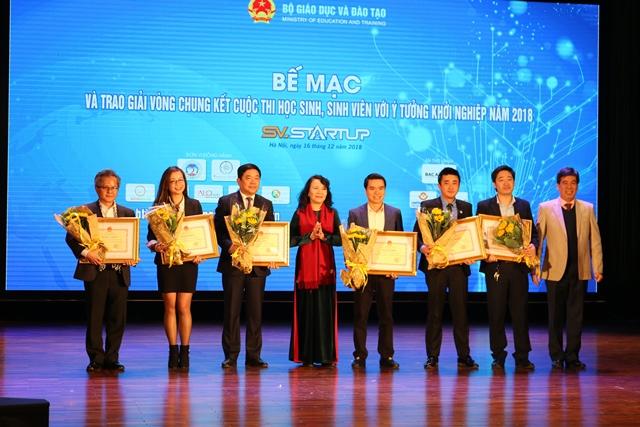 Thứ trưởng Bộ Giáo dục và Đào tạo Nguyễn Thị Nghĩa - trưởng ban tổ chức Ngày hội Khởi nghiệp quốc gia của HSSV 2018 trao bằng khen và hoa cho các đơn vị đồng hành.
