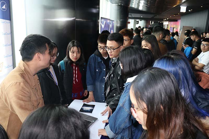 Đội Unicoach đang giới thiệu với Doanh nghiệp và sinh viên về dự án khởi nghiệp