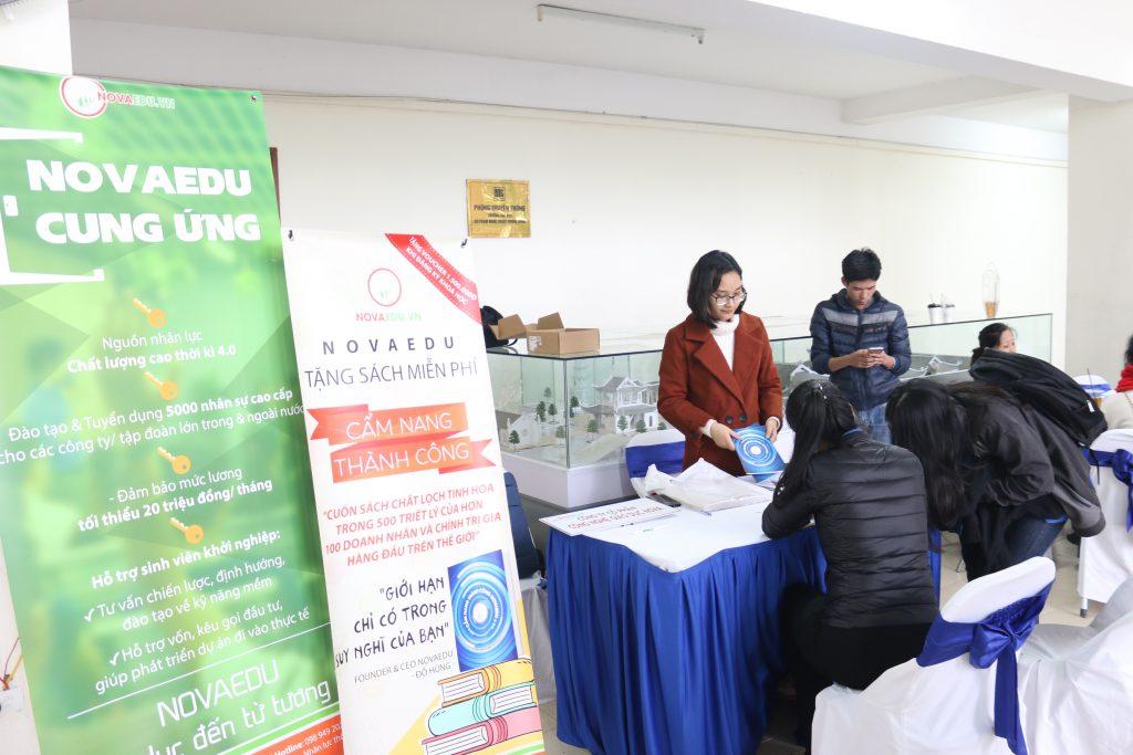 Gian hàng trưng bày của Novaedu thu hút sự chú ý của nhiều bạn sinh viên.