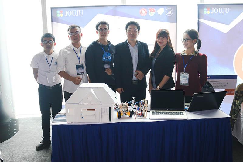 CEO Đỗ Mạnh Hùng cùng đội GET INS tại Hội chợ khởi nghiệp cùng Kawai 2019