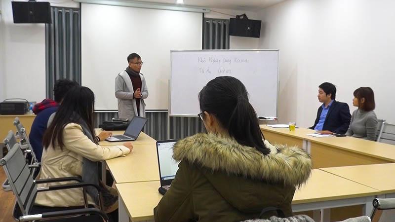 Đội GET INS trình bày đề án khởi nghiệp với CEO Đỗ Mạnh Hùng