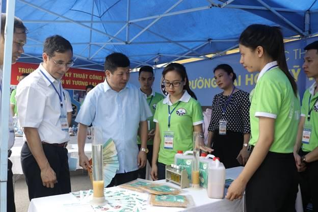 Các đại biểu tham quan sản phẩm Bùn hoạt tính hiếu khí Bio – Sludge của thầy cô và sinh viên khoa Xây dựng và Môi trường - Đại học Thái Nguyên