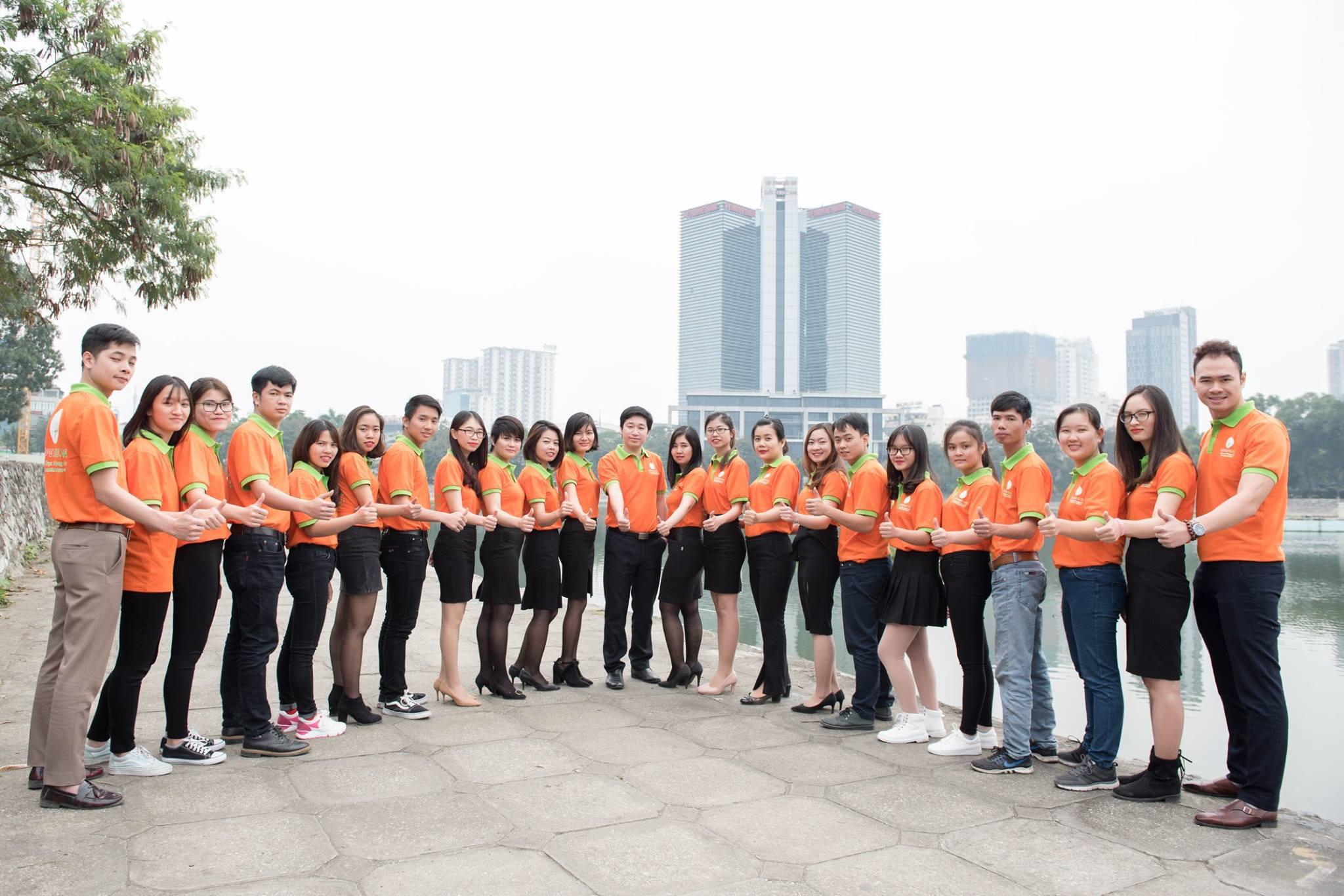 Doanh nhân Đỗ Mạnh Hùng cùng đội ngũ nhân viên Novaedu.